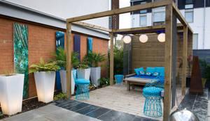 Pergola in courtyard garden: modern Garden by Earth Designs