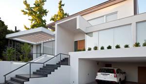 Acceso elevado de la casa: Casas unifamiliares de estilo  por [ER+] Arquitectura y Construcción,