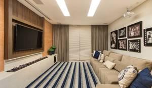 Home Theater: Salas multimídia modernas por Charis Guernieri Arquitetura