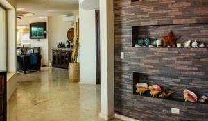 The wall that creates tendency  : Pasillo, hall y escaleras de estilo  por DHI Arquitectos y Constructores de la Riviera Maya