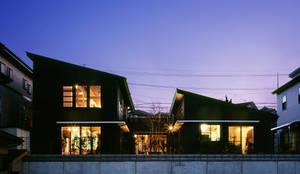 北側外観(夜の景色): 有島忠男設計工房が手掛けた二世帯住宅です。