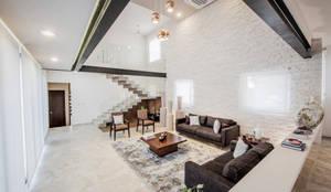 Salones de estilo moderno de Constructora e Inmobiliaria Catarsis