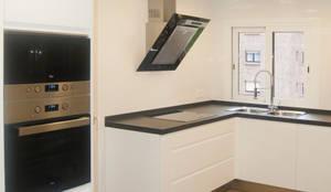 Cocina blanca: Cocinas de estilo  de Gumuzio&PRADA diseño e interiorismo