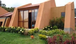 Fachada principal: Casas ecológicas de estilo  por CUNA ARQUITECTURA INGENIERÍA SOSTENIBLE