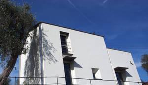 Casa Peragallo: Casa unifamiliare in stile  di Martina Zappettini architetto
