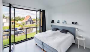 Modern woonhuis aan het water: moderne Slaapkamer door BNLA architecten
