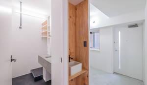 廊下に設けた手洗い器: 株式会社エキップが手掛けた廊下 & 玄関です。