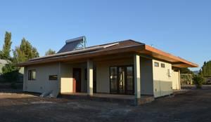 Vivienda Rendic: Casas de estilo ecléctico por Qarquitectura