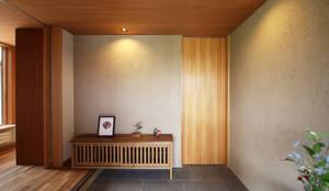 玄関ホール: 藤松建築設計室が手掛けた廊下 & 玄関です。
