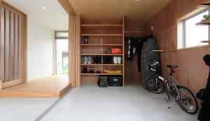 玄関・土間: TEKTON | テクトン建築設計事務所が手掛けた二車用ガレージ車庫です。,