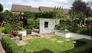 Small, contemporary garden Bracknell, Berkshire: modern Garden by Linsey Evans Garden Design
