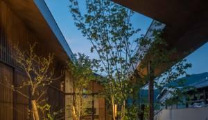 庭 夜景: 武藤圭太郎建築設計事務所が手掛けた庭です。