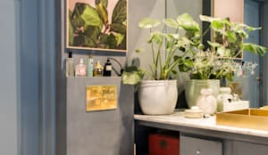 Een chique combinatie van grijs, blauw, roze en goud:  Badkamer door Pure & Original