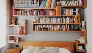 Vista della libreria: Camera da letto in stile in stile Minimalista di smellof.DESIGN
