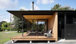 052いすみ市岬町Oさんの家: atelier137 ARCHITECTURAL DESIGN OFFICEが手掛けたベランダです。