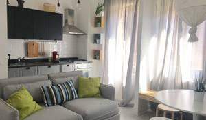 Mini appartamento in grigio: Soggiorno in stile  di Home Lifting