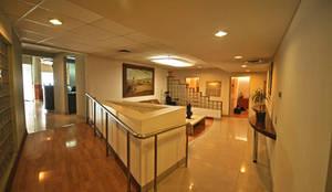 Clinica Odontológica Auil: Clínicas / Consultorios Médicos de estilo  por Bschneider Arquitectos e Ingenieros
