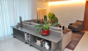 moderne Wohnzimmer von Gislene Soeiro Arquitetura e Interiores
