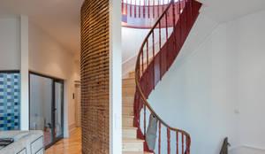 Escada : Salas de estar clássicas por NVE engenharias, S.A.