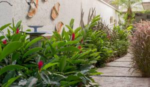 Jardines en la fachada de estilo  por Amaria Gonçalves - home garden | Paisagismo, Feng Shui e Geobiologia