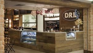 Restaurante D.R.I.: Adegas  por Maria Claudia Faro