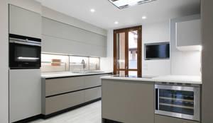 K13: Cucina in stile in stile Moderno di Andrea Picinelli
