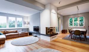 Wohnbereich mit dezenten Deckenleuchten: moderne Wohnzimmer von LichtJa - Licht und Mehr GmbH