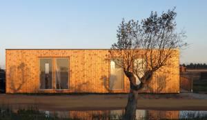 Casa Zvilla: Casas pré-fabricadas  por JGDS-EPA - CASAS MODULARES