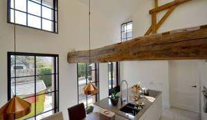 Dubbel hoge leefkeuken: klasieke Keuken door ARCHiD