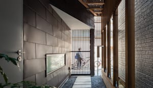 ろじのさき_玄関アプローチ: 株式会社 ギルド・デザイン一級建築士事務所が手掛けた家です。