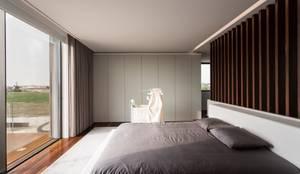 Habitaciones de estilo minimalista por Risco Singular - Arquitectura Lda