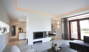 Villa Krakestee woonkamer:  Woonkamer door Thijssen Verheijden Architecture & Management