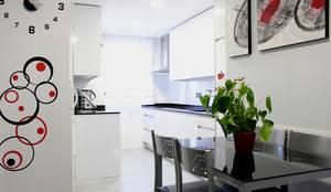 Reforma integral en Madrid de piso de 80m2: Cocinas de estilo  de GRUPO STYLO REFORMAS Y DECORACIÓN S.L.