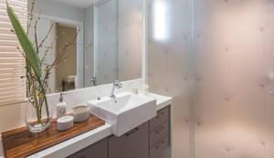 banheiro de uma das suites: Banheiros modernos por PROCAVE