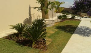 Paisagismo Residencial (Fachada): Jardins de fachadas de casas  por Luzia Benites - Arquiteta Paisagista