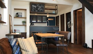 アメリカンヴィンテージスタイルの家: クローバーハウスが手掛けたリビングです。