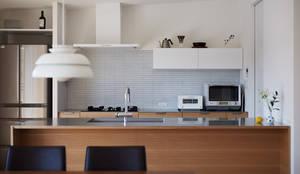 高台に建つ家: toki Architect design officeが手掛けたキッチンです。,モダン タイル