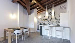 FOTO CUCINA con carta da parati e arredi su misura: Cucina in stile in stile Moderno di Studio Atelier di Silvana Barbato