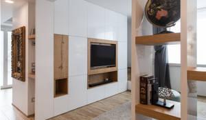 Un appartamento moderno con un giusto mix di materiali di recupero: Soggiorno in stile in stile Moderno di QUADRASTUDIO
