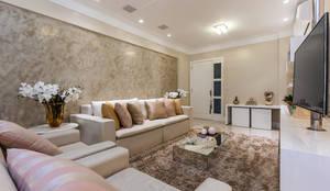 Apartamento Henry: Salas de estar clássicas por DUE Projetos e Design