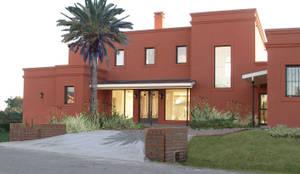 Casa en Haras San Pablo : Casas unifamiliares de estilo  por Estudio Dillon Terzaghi Arquitectura - Pilar