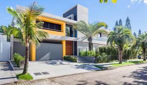 Jurerê Internacional: Casas familiares  por Rosas Arquitetos Associados