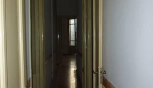Il corridoio prima dei lavori: Ingresso & Corridoio in stile  di Studio 4e