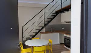 Casa privata con soppalco: Ingresso & Corridoio in stile  di Laura Galli Architetto