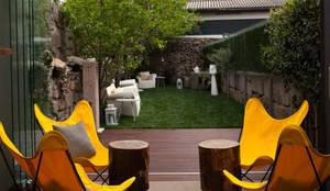 InPorto Gallery Guesthouse - PORTO: Jardins de fachada  por SHI Studio, Sheila Moura Azevedo Interior Design