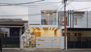 Ngôi nhà phố với gam màu trắng nổi bật này nằm trên một con ngõ nhỏ.:  Nhà gia đình by Công ty TNHH Thiết Kế Xây Dựng Song Phát