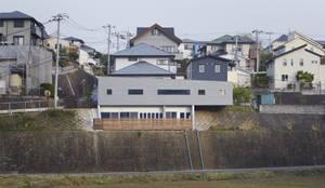 MS 傾斜地に建つ家: 山縣洋建築設計事務所が手掛けた家です。
