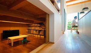 床下収納: H建築スタジオが手掛けたウォークインクローゼットです。