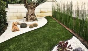 L'entrata del giardino: Giardino anteriore in stile  di AbitoVerde