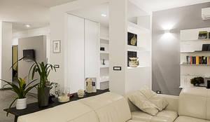 Ingresso con nicchie e cappottiera: Ingresso & Corridoio in stile  di Rosa Gorgoglione Architetto